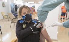 Los agentes de la Policía Local de Santander reciben la primera dosis de la vacuna de AstraZeneca