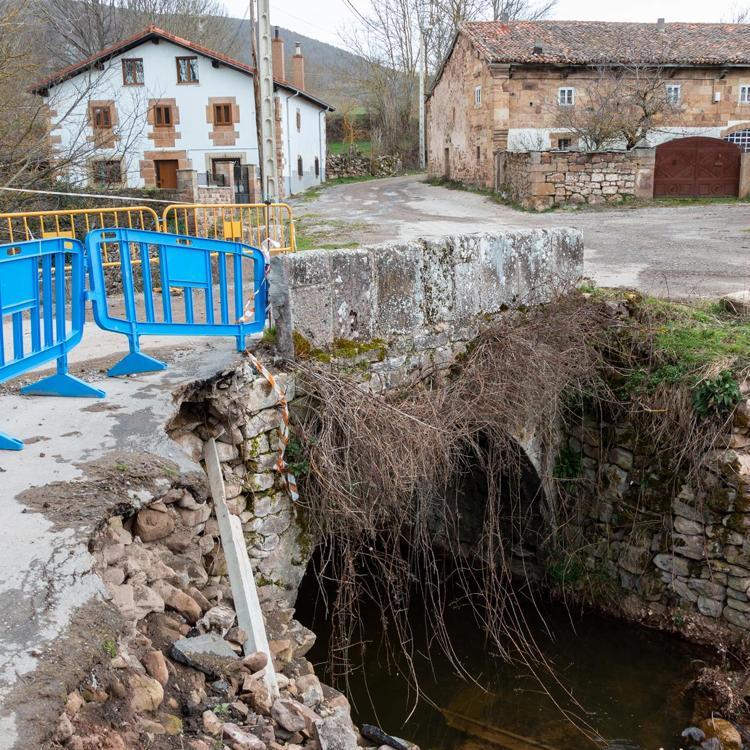 Gochicoa anuncia al alcalde de Campoo de Suso la reparación del puente de Soto
