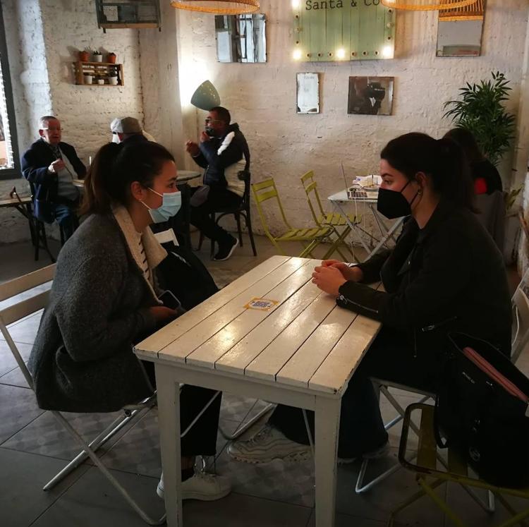 El interior de la hostelería acusa «el sol y las dudas» en su jornada de reapertura