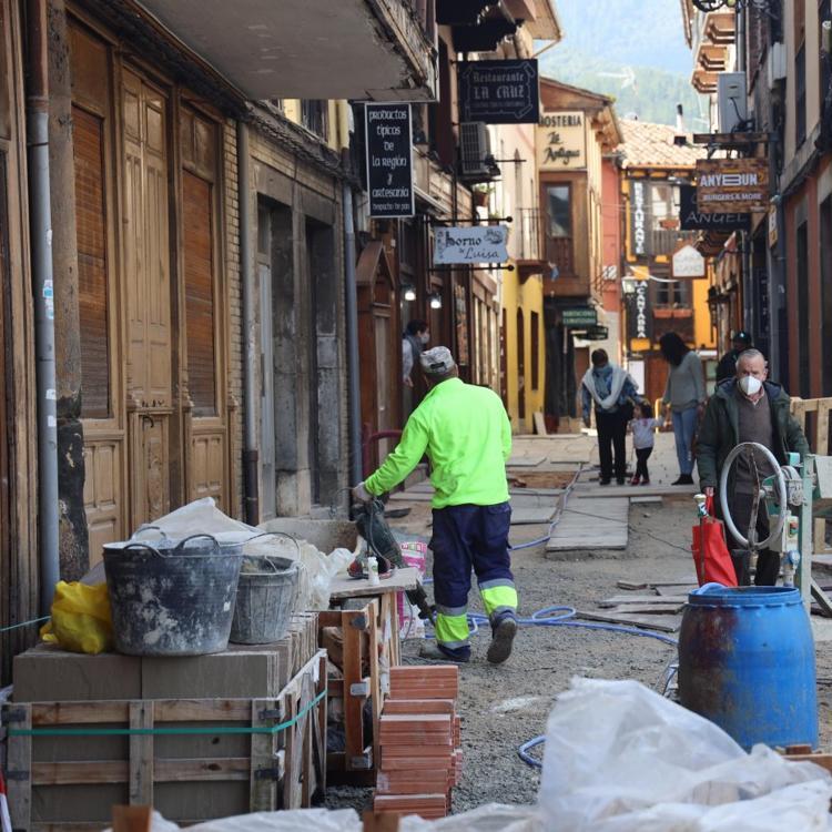Potes acondiciona los accesos a la calle Cántabra para su apertura provisional