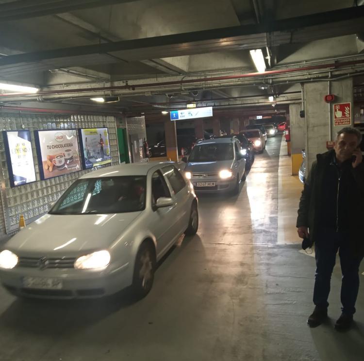 Más de 60 vehículos se quedan atrapados en el parking de Castelar