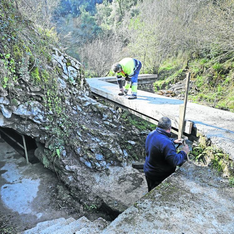Alfoz de Lloredo acondiciona el entorno de la cueva de las aguas