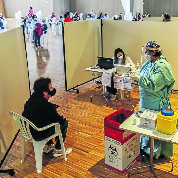 Las dudas sobre AstraZeneca sumen en la incertidumbre la vacunación en Cantabria
