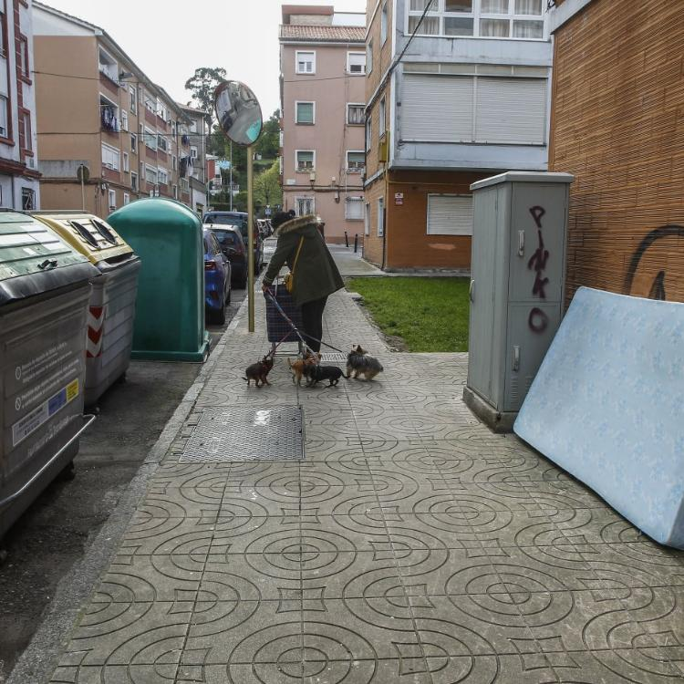 Los vecinos de La Inmobiliaria se hartan de la suciedad en las calles