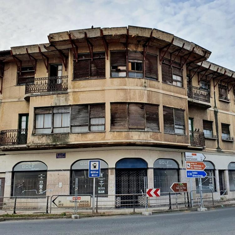 El alcalde en funciones de Cayón anuncia el derribo «inminente» del edificio en ruina del cruce de Sarón