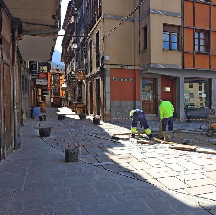 El Ayuntamiento de Potes retoma el enlosado de la calle Cántabra