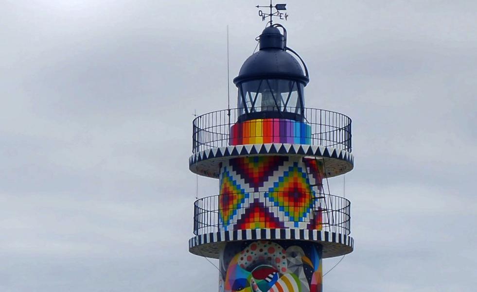 Bareyo se centra en el multicolor faro de Ajo como su «gran referente turístico»