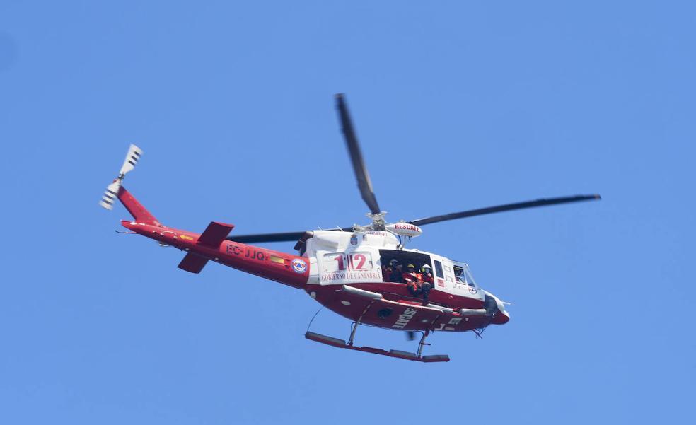 Rescatado en helicóptero un hombre de 79 años tras caerse mientras paseaba en los acantilados de Suances