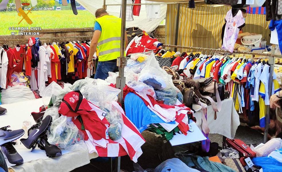 Intervienen 2.000 prendas de vestir falsificadas en los mercadillos de Cartes y Colindres