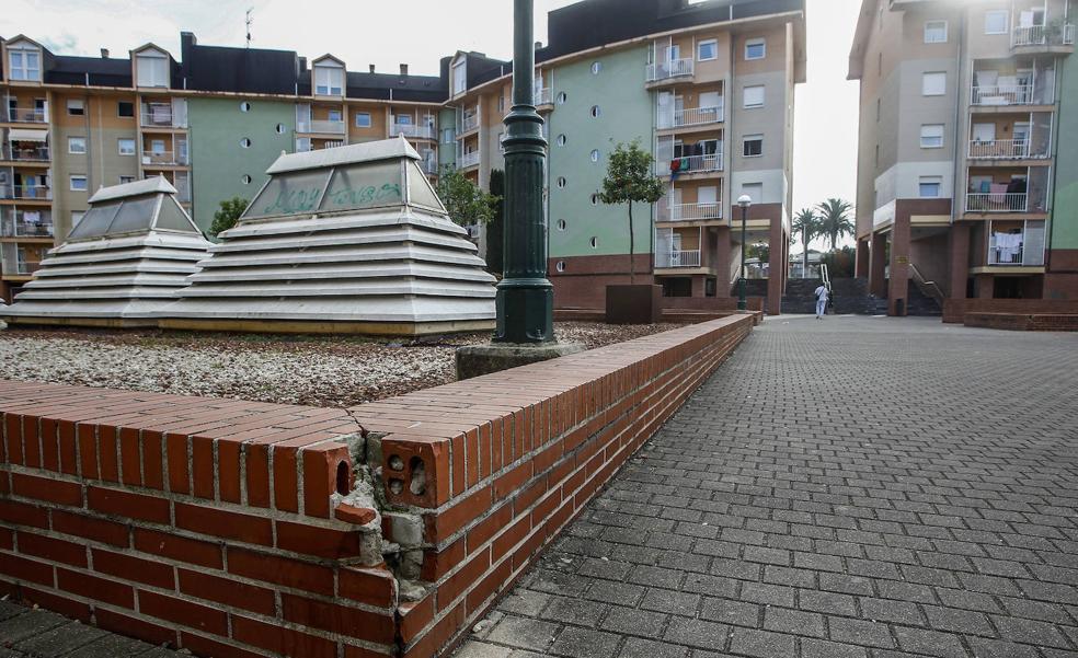 Los vecinos de Granja Poch se quejan del estado de abandono de la plaza