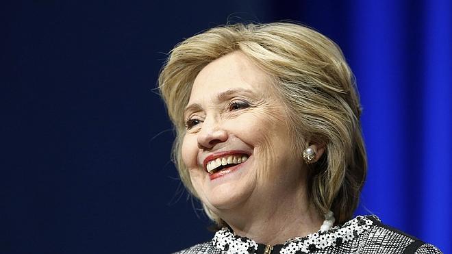 Hillary Clinton inicia gira literaria, ¿y también campaña?