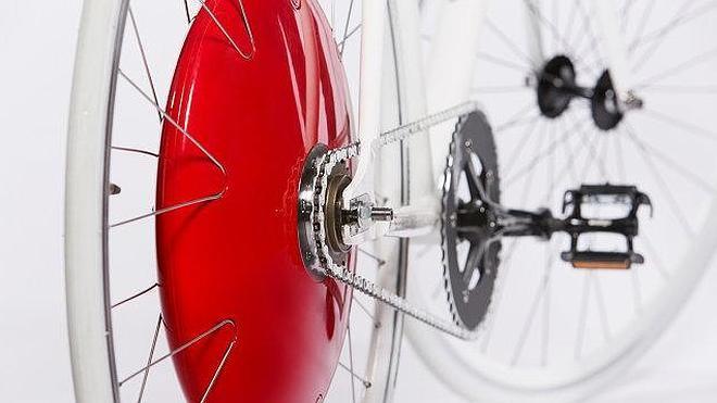 La rueda que convierte la bicicleta común en una eléctrica