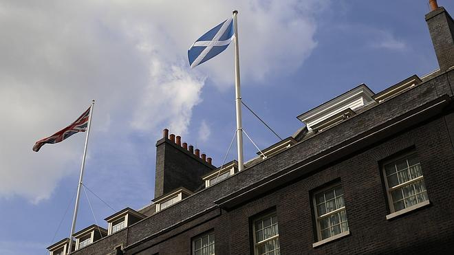 La bandera escocesa ondea sobre el 10 de Downing Street