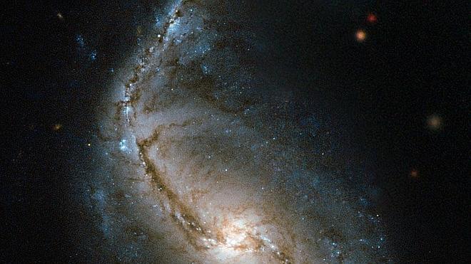 Captan la imagen de un colorido cúmulo en el que se reúnen estrellas de todas las edades