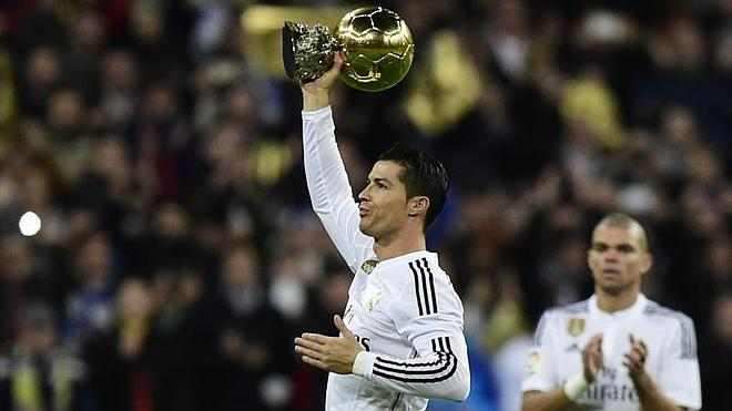 Cristiano Ronaldo ofrece el Balón de Oro al Bernabéu