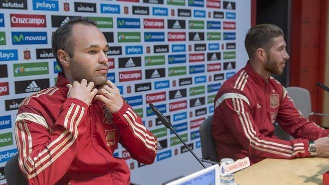 Ramos e Iniesta se lanzan piropos y eluden polémicas sobre el himno