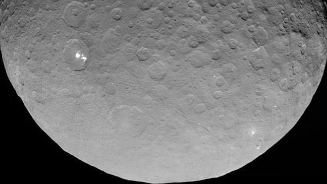 Los puntos brillantes de Ceres se deben al material reflectante de su superficie