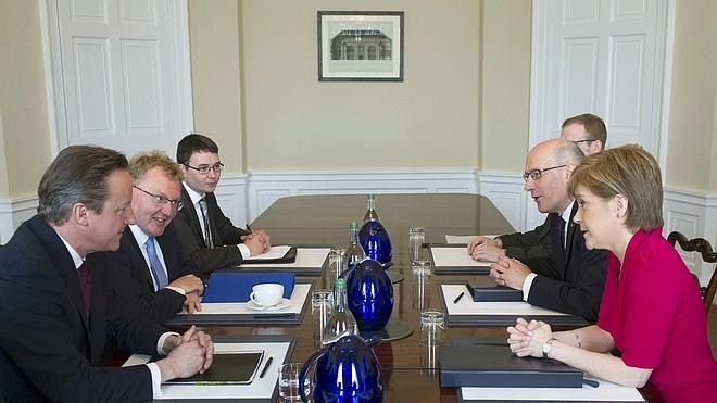 Cameron y Sturgeon abordan en Edimburgo la autonomía de Escocia
