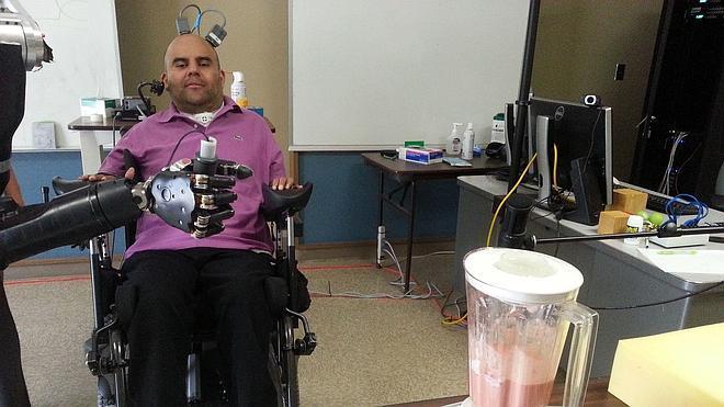 Un tetrapléjico acciona un brazo artificial con el pensamiento