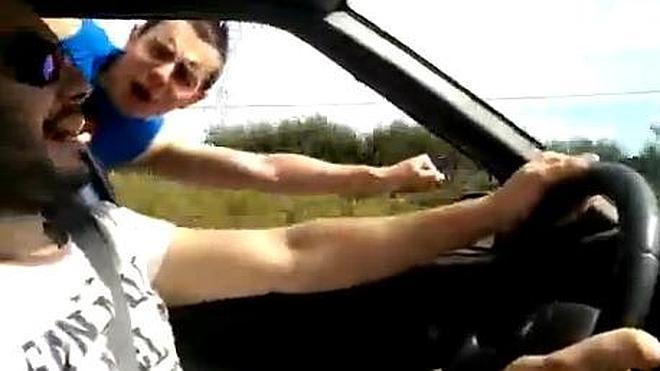 Multados dos jóvenes por hacer el 'Superman' en un vehículo en marcha