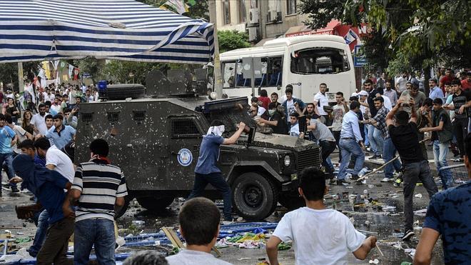 Dos muertos y más de una centena de heridos tras dos explosiones en Turquía