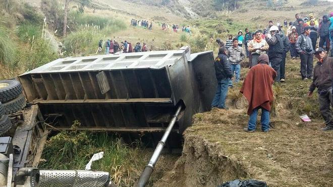 Al menos 17 muertos al despeñarse un camión con escolares en Perú