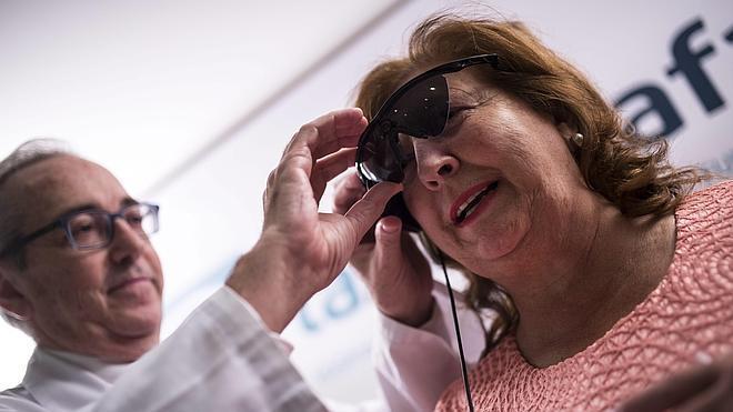 Un ojo biónico devuelve parte de la visión a una mujer ciega por retinosis