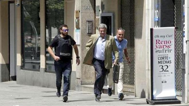 Un hombre armado lleva el pánico a una calle del centro de Vitoria