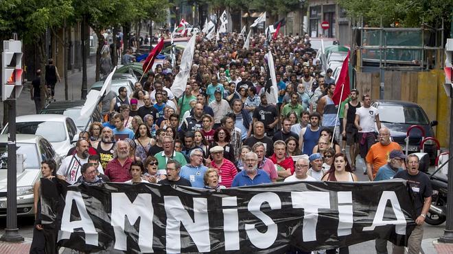 Cerca de mil personas piden «amnistía» para los presos de ETA en Bilbao