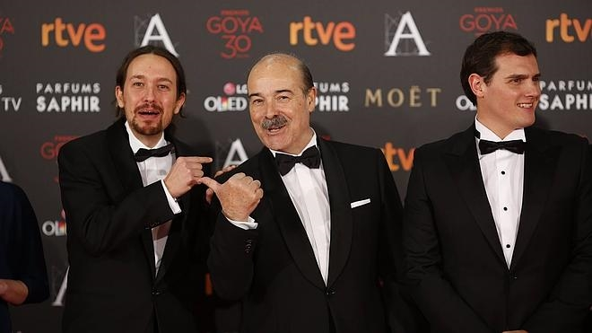 Pablo Iglesias, de esmoquin, y Sánchez sin corbata