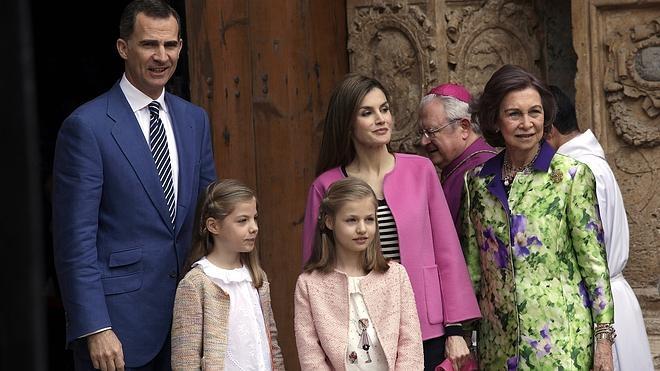 Los Reyes, sus hijas y la reina Sofía asisten en Palma a la misa de Pascua