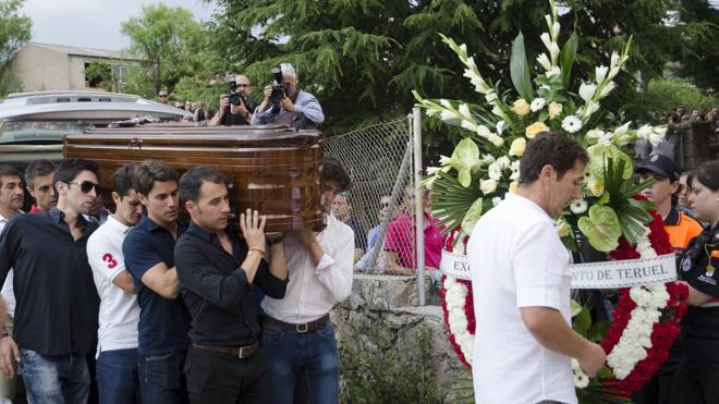 El féretro de Víctor Barrio es portado a hombros por su cuadrilla entre gritos de ¡torero!