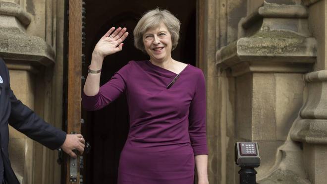 La oposición británica pide elecciones generales ante la 'coronación' de May