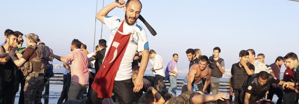 Turquía detiene a 2.839 militares y destituye a 2.745 jueces, acusados de respaldar el golpe