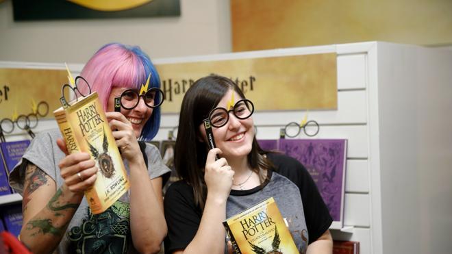 Los fans de Harry Potter viven una noche mágica para conseguir el nuevo libro de la saga
