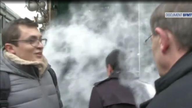 Un hombre arroja un saco de harina a Valls