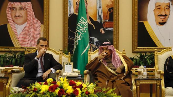 Felipe VI llega a Riad para relanzar las relaciones con el régimen saudí