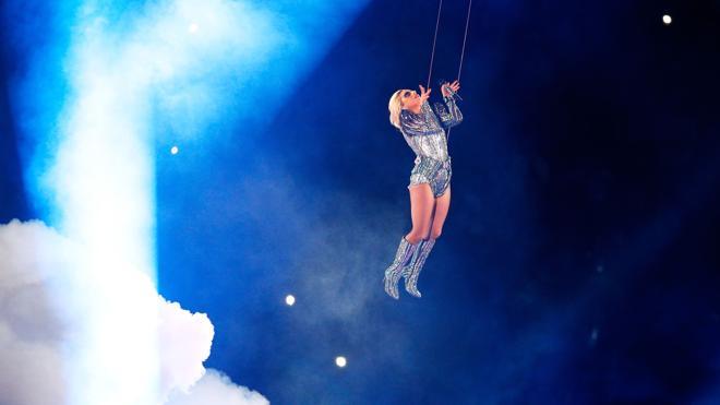 Lady Gaga brilla en una Super Bowl sin grandes gestos contra Trump