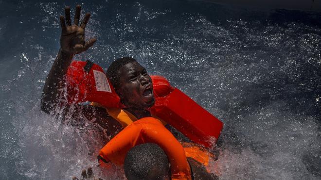 Al menos 74 inmigrantes muertos en un naufragio frente a la costa de Libia