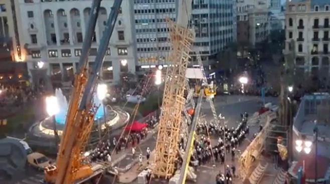 300 personas levantan a pulso la pieza principal de las Fallas de este año