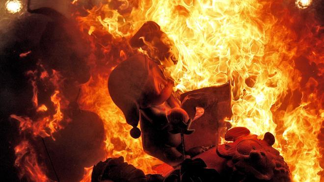 Valencia quema, orgullosa y abarrotada, sus primeras Fallas de la Humanidad