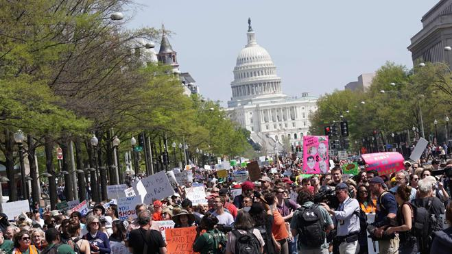 Más de 100 protestas en EE UU exigen a Trump que publique sus impuestos