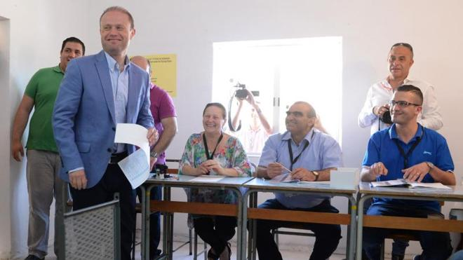 Malta acude a votar entre sospechas de corrupción de su primer ministro