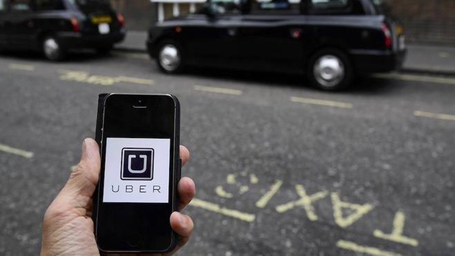 Fomento impedirá a Uber vender licencias hasta dos años después de su obtención