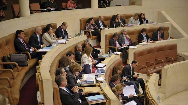 Los partidos critican los sueldos de los consejeros de Sniace en un agrio cruce de reproches