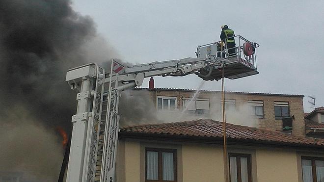Dos intoxicados en el incendio de un inmueble en San Vicente