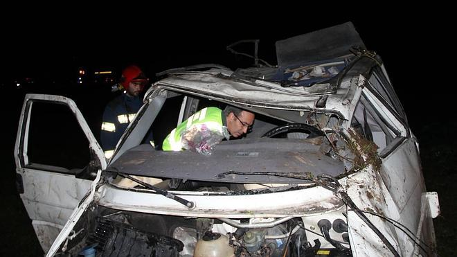 Dos heridos al caer su furgontea por un terraplen de 80 metros en Camaleño
