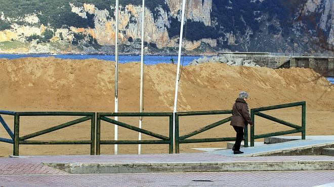 Laredo protege su costa con montañas de arena