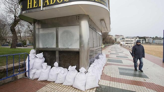 Santander se prepara para recibir el fuerte temporal marítimo