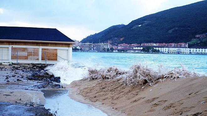 La fuerza de las olas afecta a la base del restaurante Barlovento de Laredo